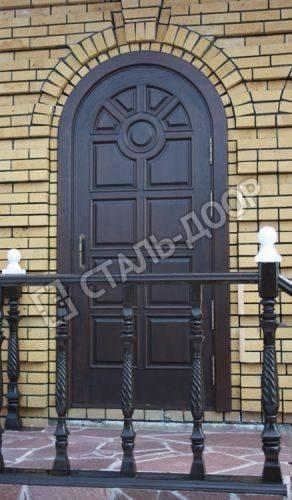 Арочная дверь для административного здания с отделкой филенчатым МДФ