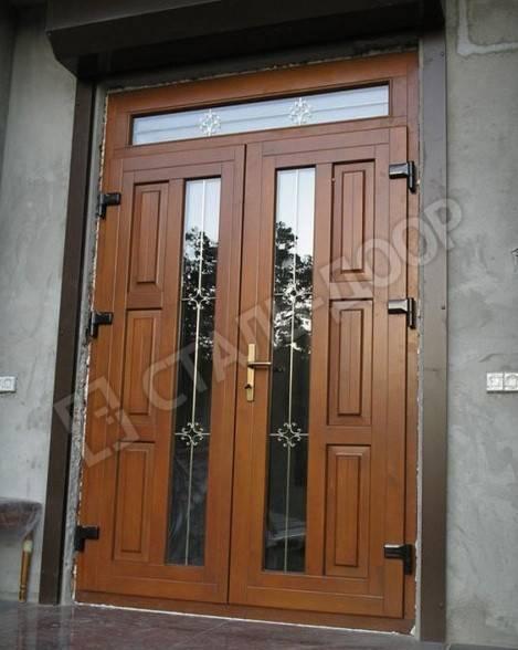 Массивная элитная дверь для коттеджа со стеклом, ковкой и фрамугой